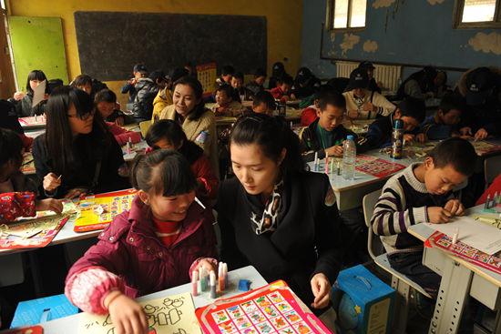 總部義工向紅旗小學捐贈600套桌椅
