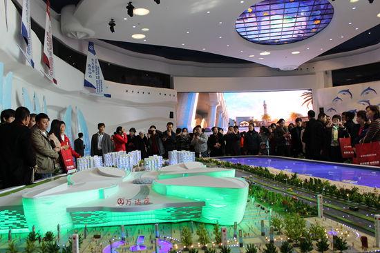 11月16日,世界最大的智能沙盘正式亮相青岛东方影都项目展示中心——鹦鹉螺。该沙盘面积达405平米,创造了智能沙盘面积新的世界纪录。当天,青岛东方影都项目展示中心——鹦鹉螺也正式对外开放。 青岛东方影都项目是万达集团投资500亿元建设的全球最大的影视文化旅游项目,位于青岛市区西部,是一个以影视产业为核心 ,涵盖旅游、商业等多种功能的大型综合性文化产业项目。项目占地376万平方米、总建筑面积540万平方米,包括影视产业园、电影博物馆、影视名人蜡像馆、影视会展