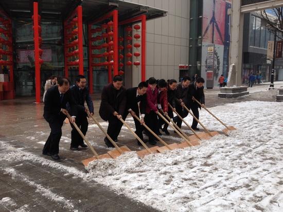 西安各万达广场组织员工开展扫雪活动 便利顾客安全出行图片