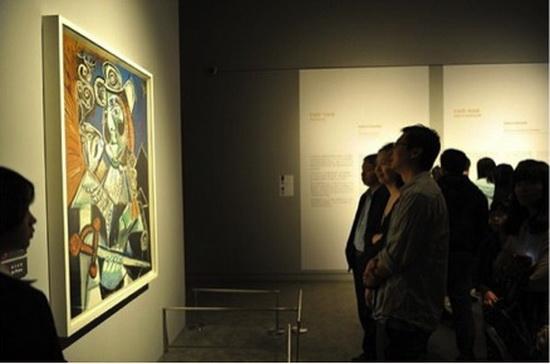 5月18日为国际博物馆日,万达文旅院组织前往中国国家博物馆进行参观学习。 本年的国际博物馆日主题为博物馆藏品架起沟通的桥梁。该主题强调博物馆是根植于现在、保存与沟通过去的鲜活机构,将全世界各地的观众、各代人与他们的文化紧密联系起来。正如文旅院各项目一样,文旅院一直本着以建筑为纽带,根植现在、寻找各地本土文化积淀从而保存与沟通历史文化渊源,通过各个文旅项目让现在和未来的各代人更好地理解各地的文化根源与历史。