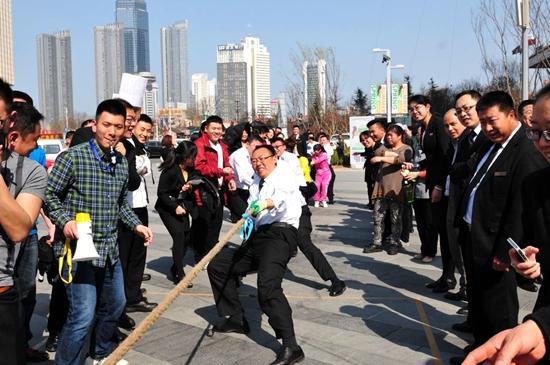 烟台万达文华酒店举行员工趣味拔河比赛图片