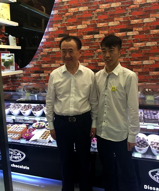 Wang Jianlin visits college student entrepreneurs at Nanning Qingxiu Wanda Plaza