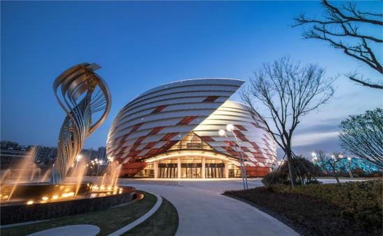 近日,青岛东方影都大剧院项目获美国金砖奖最佳国际商业及特殊使用项目。该奖项由《美国建筑者》杂志发起,由美国PCBC(太平洋建筑协会)组织评选,被誉为建筑界的奥斯卡。 东方影都大剧院整体设计结合太平洋西海岸的优美景观,概念选取碧海银螺,突出建筑单体的建筑性质,具有时尚和文化的特征,呈现地域特点及中国文化元素。 2018年6月13日至17日,上合组织国家电影节将在东方影都大剧院举行,来自上合组织各个国家的电影行业嘉宾将齐聚星光岛。日前央视、新华社等多家中外媒体已提前探访大剧院,并进行了全方