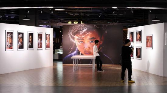 北京石景山万达广场举办关爱留守儿童公益摄影展