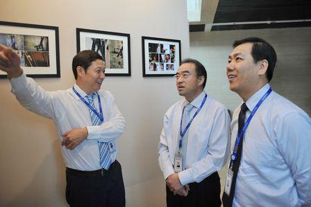 副总裁尹海、肖广瑞参观书画、摄影大赛获奖作品展