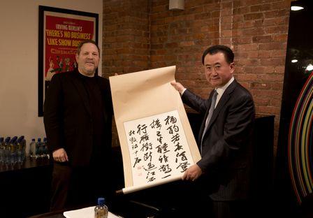 王健林董事長會晤哈維·韋恩斯坦并交換禮物