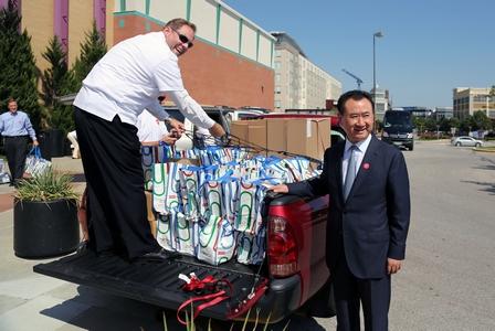 王健林董事長向堪薩斯市11所中學捐贈130萬美元物資