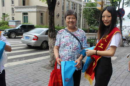 Volunteers hand out reusable bags to combat 'white pollution