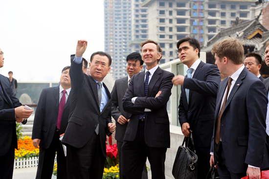 王健林董事長陪同英國貿易大臣參觀武漢中央文化區