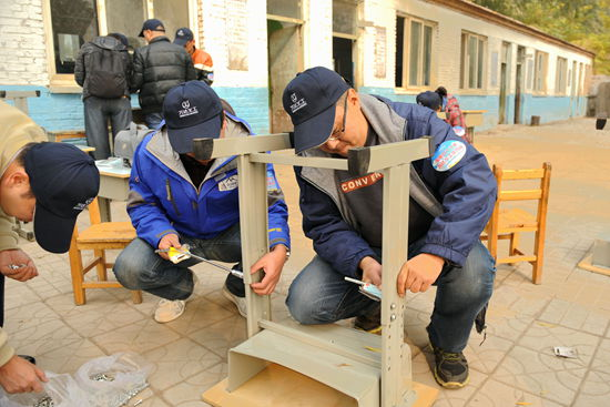 总部义工向红旗小学捐赠600套桌椅