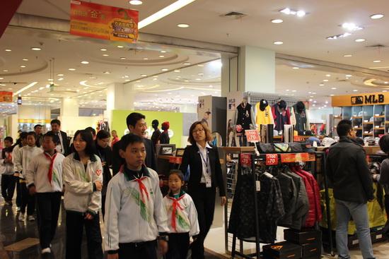 北京银河万达百货与打工子弟组临时爱心家庭