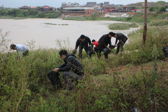 萬達南寧酒店項目部義工保護母親河 到邕江邊清理垃圾