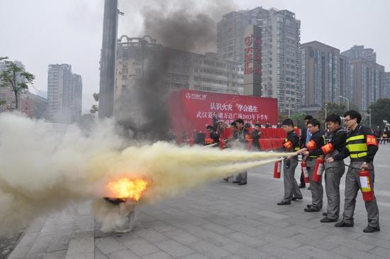 武漢菱角湖萬達廣場舉行消防疏散演練 消防警官贊非常成功