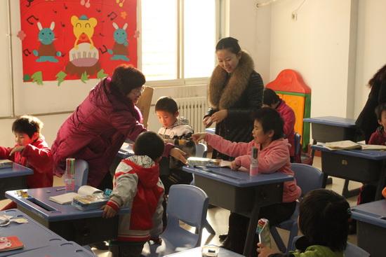 萬達石家莊項目公司義工看望孤殘兒童 送文具繪畫做游戲