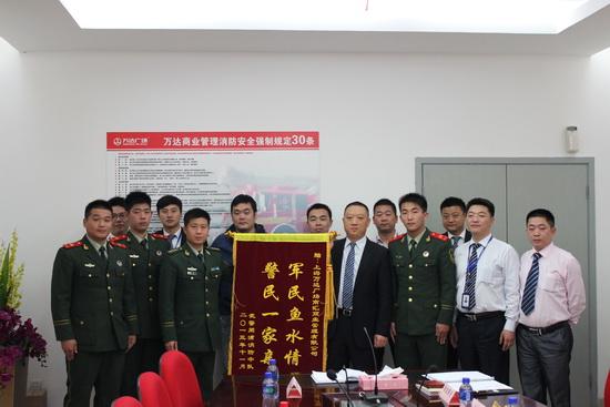 上海周浦萬達廣場組織歡送退伍消防兵 每年均組織慰問
