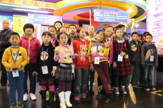 西安李家村萬達廣場辦圣誕點燈儀式 小記者福利院小朋友參與