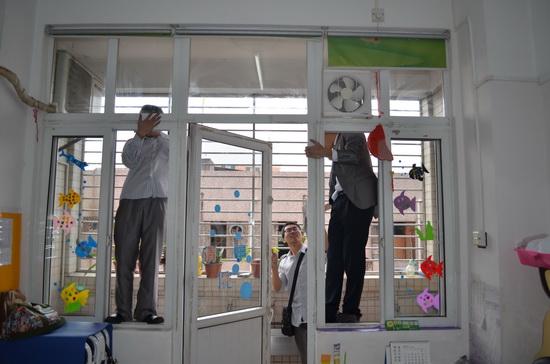 東莞華南MALL萬達影城員工探望特殊兒童 打掃學校衛生