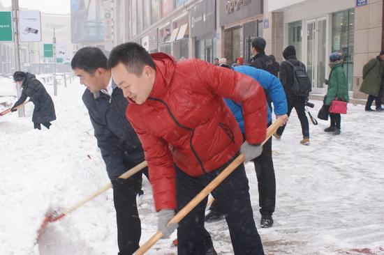 長春萬達影城義工進行掃雪行動 確保行人出行和道路暢通