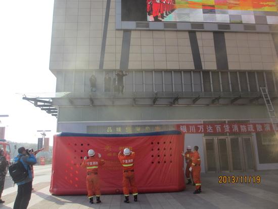 銀川金鳳萬達廣場舉辦消防演練 消防警培訓使用滅火器