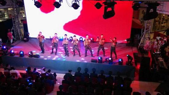 淮安萬達廣場舉辦三周年店慶 軍旅歌舞偶像女魔術師拉升人氣