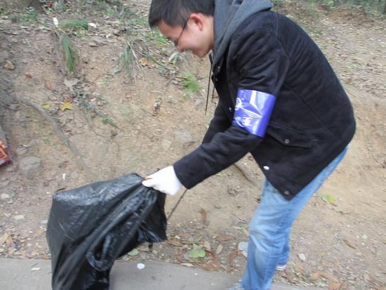 無錫惠山商管公司進行義工活動 赴森林公園清理山道垃圾