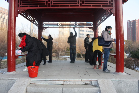沈陽太原街萬達廣場舉辦義工活動 清掃中山公園環境