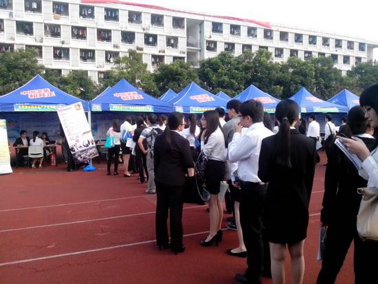 東莞東城商管參與珠三角校園招聘會 萬達知名度吸引大量簡歷