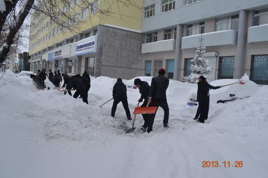 万达佳木斯项目公司进行除雪行动 历时3小时保人员车辆通行