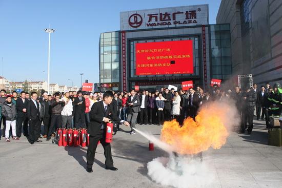 天津河东万达广场举行消防演习 设想品牌服装店起火蔓延