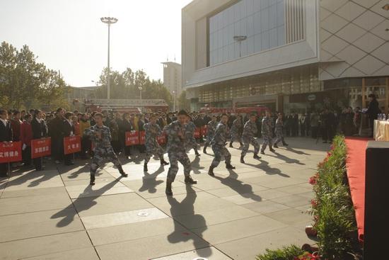 郑州二七万达广场举行消防演习 尾声商管员表演精彩军体拳