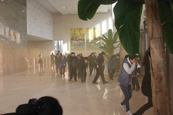 万达太原商管公司举行冬季消防演练 消防警官现场指导