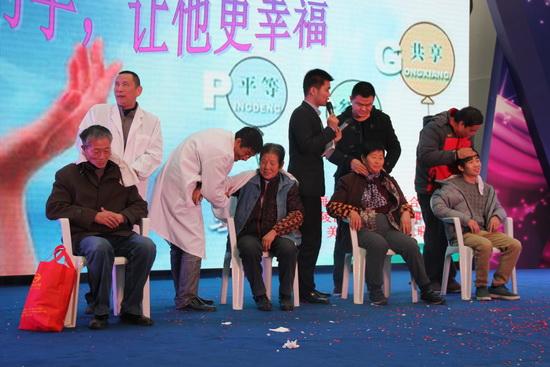 江蘇泰州商管公司展示殘疾兒手工藝品 為他們表演精彩節目