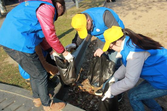江阴万达广场举行绿色家园义工活动 拣拾公园垃圾