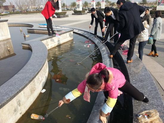 万达平阳项目参与绿色鳌江活动 动车站捡垃圾