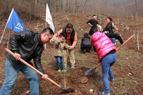 西安民乐园商管公司进行植树节义工活动 种下240棵树苗
