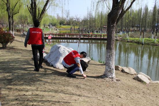 江苏泰州万达广场近百名义工赴景区捡垃圾 宣传低碳环保
