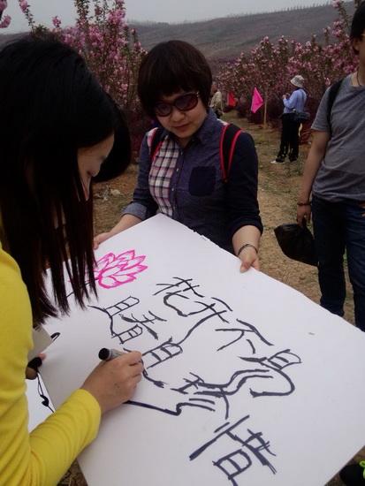 宜昌万达百货员工走进樱花园 宣传绿色环保
