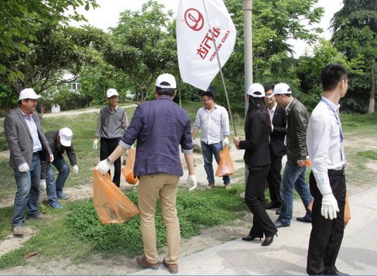 """阜阳万达公司举办""""绿化青城,从我做起""""义工活动"""