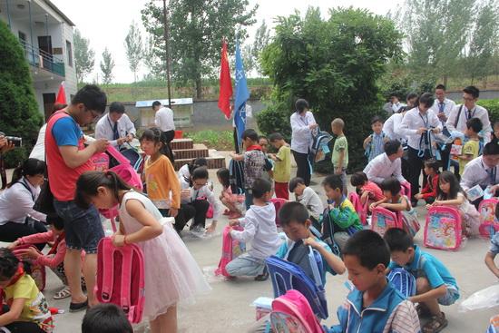 郑州二七万达广场举办党建义工活动为希望小学再送温暖