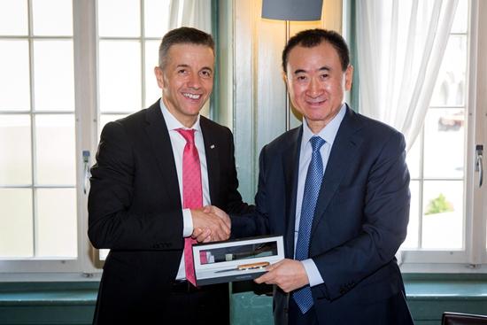 王健林董事长视察盈方总部 获赠特殊礼物
