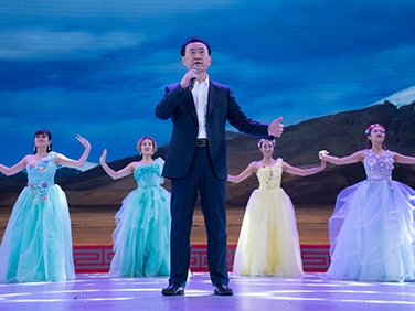 "Wanda Chairman Wang Jianlin performs ""Waiting"""