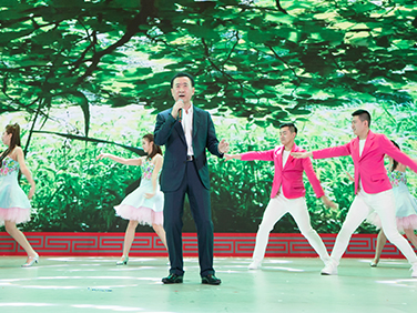 "Wanda Chairman Wang Jianlin performs ""Friends"""