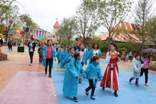 哈尔滨万达乐园举行公益游园活动