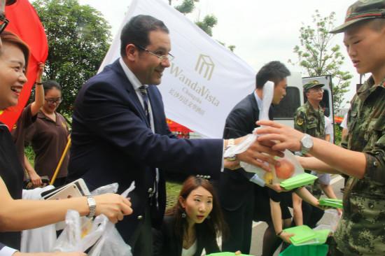 长沙万达文华酒店员工慰问抗洪救灾人员