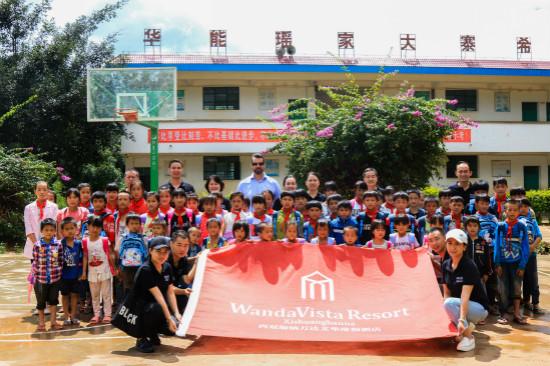 西双版纳万达文华酒店慰问勐旺瑶家大寨希望小学