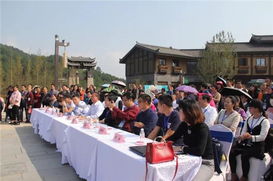 丹寨万达小镇举办万人长桌宴 四大机位航拍全程直播呈现
