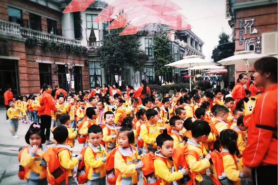 武汉万达儿童乐园迎来团体游高峰期