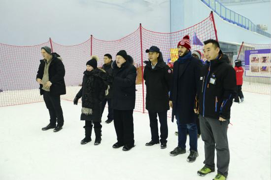 美国驻华大使布兰斯塔德参观哈尔滨万达娱雪乐园