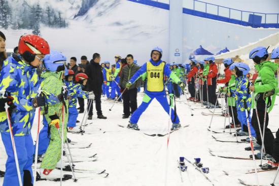 哈尔滨万达娱雪乐园举行百万青少年上冰雪活动
