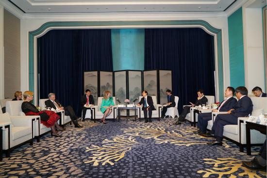 王健林董事长陪同政府领导会见国内外贵宾